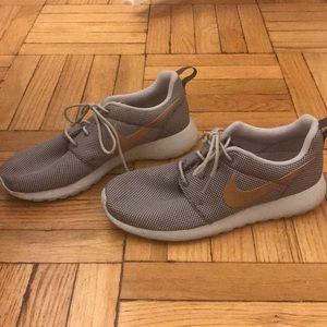 le scarpe nike con pennellate d'oro su poshmark